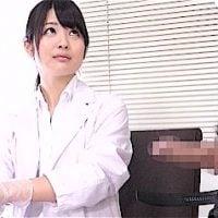 女医の前でチンコ出して勃起