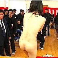 同級生と父兄の前で素っ裸