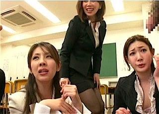 チンポを弄る女教師