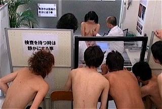 男子生徒に裸をみられる女子校生