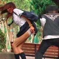 女子校生のケツ穴めがけてブスリ!