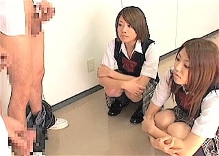 勃起チンポを眺める女子校生