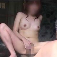 おじさんの前で全裸開脚する露出狂女