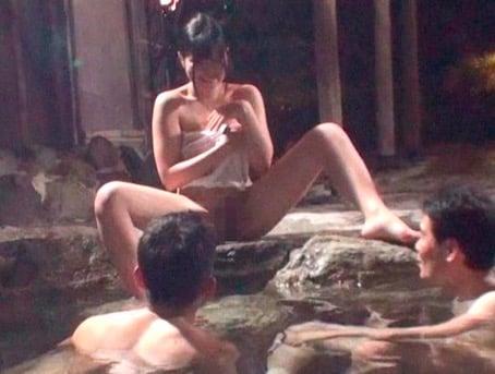 タオル一枚で男湯に入る女性