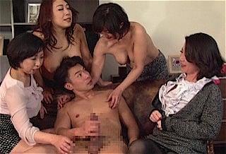 全裸の青年と五十路マダム