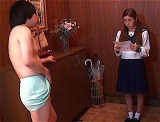 タオル一枚の男に戸惑う女子校生