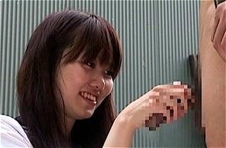 笑顔でチンポを握るJC