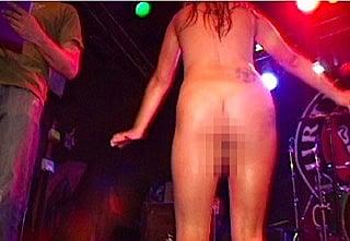 クラブでハイテンション全裸になった女