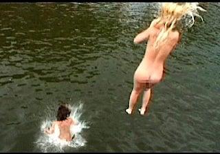 全裸で海に飛び込む露出狂の女