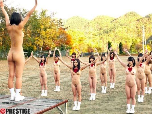 全裸で朝礼する女子校生