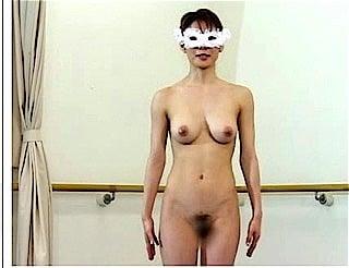 仮面に全裸のバレエ女子