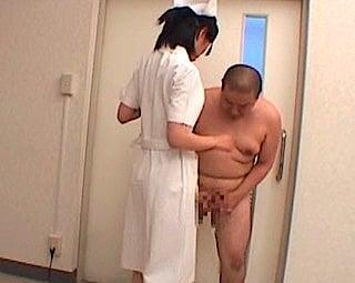 看護師さんの前で裸
