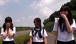 噂話をする女学生