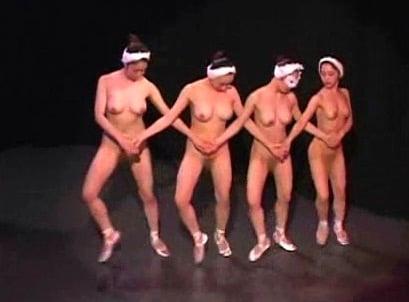 全裸で恥ずかしいけど頑張るバレエ女子