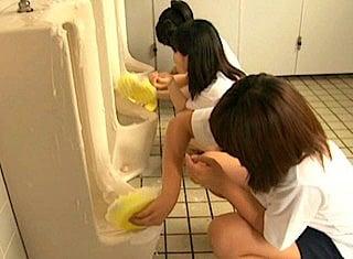 男性用小便器を素手で掃除するJC
