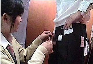 チンコを触る素人女性店員