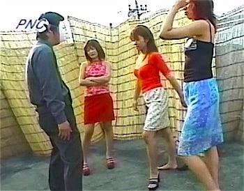 金蹴りする女性