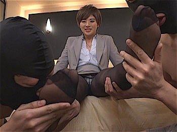 脚を舐めさせる女